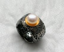 esther fuchs - ring-silber geschwärzt-gelbgold-perle-flyer