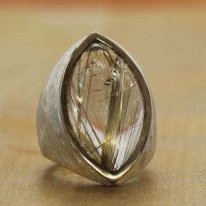 "Ring, Silber, 750 Gold, Rutilquarz<br> Preis: 560 Euro<br> Goldschmiede Stellwagen<br> T. 06781-70397     Wir rufen zurück<br> <a href=""https://juergen-stellwagen.com/"" target=""blank"">www.juergen-stellwagen.com/</a>"